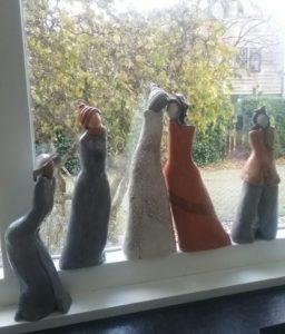 vrouwen in raam